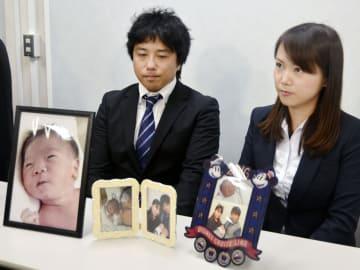 記者会見する父親高瀬大地さん(左)と母親実菜美さん=11日、大阪市