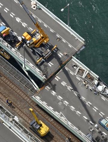 タンカー衝突で道路部分の橋桁が鉄道線路側にずれた関西空港の連絡橋=11日午前10時17分(共同通信社ヘリから)