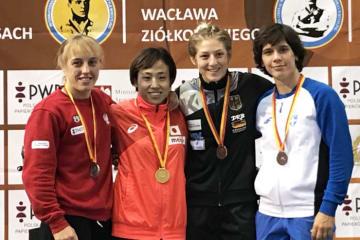 2月のクリッパン女子国際大会(スウェーデン)に続いての優勝の入江ななみ(左から2人目)