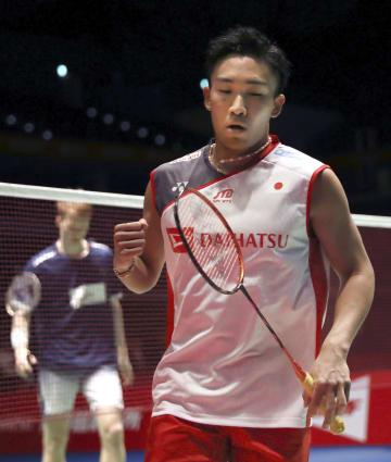 男子シングルス1回戦でデンマーク選手からポイントを奪いガッツポーズする桃田賢斗=武蔵野の森総合スポーツプラザ