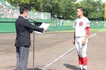 今春近畿大会で表彰を受けた智弁和歌山・林晃汰(右)【写真:沢井史】