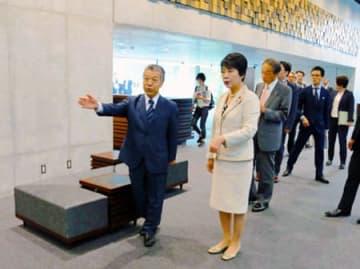 内田館長(手前左)の案内で完成間近のニューホールを視察する上川法相(同右)=京都市左京区・国立京都国際会館