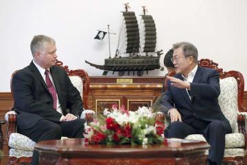 11日、ソウルで米国のビーガン北朝鮮担当特別代表(左)と会談する韓国の文在寅大統領(韓国大統領府提供・共同)
