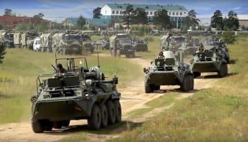 11日開始した軍事演習「ボストーク2018」で、東シベリア・チタ州を走行するロシア軍の装甲兵員輸送車(ロシア国防省提供、AP=共同)
