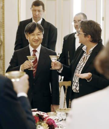 フランス国民議会副議長(右)主催の昼食会に招かれ、乾杯される皇太子さま=11日、パリ(共同)
