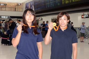 金メダル獲得の入江ななみ(右)と銅メダルの田南部夢叶(川瀬克祥は社会人選抜チームと別便で帰国のため、写真はありません)