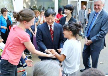 障害児施設「レ・ザミ・ド・カレン」を訪れ、女の子とダンスをされる皇太子さま=11日、パリ(代表撮影・共同)
