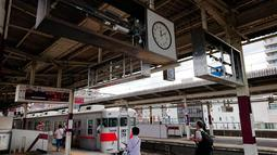 表示板が外され、骨組みだけになった電気掲示器=山陽明石駅