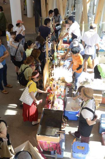 目当ての料理を求める多くの市民らでにぎわった「八戸バルフェス」会場=2日、八戸市