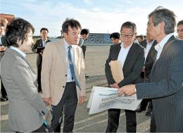 石巻南浜津波復興祈念公園の説明を聞く秋池委員長代理(左)ら