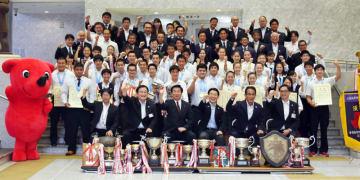 全国高校総体で優勝した千葉県内選手らと森田知事