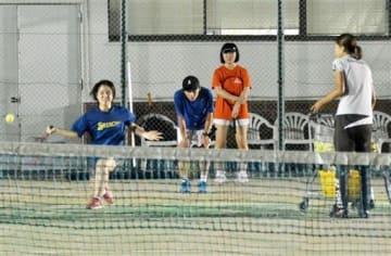 テニスの練習に励む高校生。大坂なおみ選手や錦織圭選手の活躍で人気も高まりつつあるという=11日、熊本市東区のRKKルーデンステニスクラブ(前田晃志)