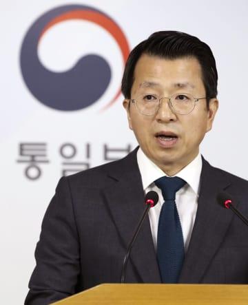 12日、南北共同連絡事務所の14日の開設を発表する韓国統一省報道官=ソウル(聯合=共同)