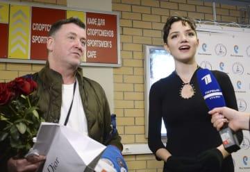 記者の質問に答えるエフゲニア・メドベージェワ選手。左はブライアン・オーサー・コーチ=9月9日、モスクワ(共同)