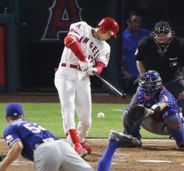 レンジャーズ戦の1回、二ゴロに倒れるエンゼルス・大谷。投手サンプソン=アナハイム(共同)