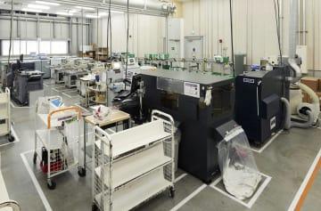「プリント・オン・デマンド(POD)」に対応する機械が置かれたアマゾンジャパンの施設内部=12日、千葉県市川市
