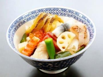 東京湾のアナゴ一本を使用した「セントラルホテル」の横須賀海堡丼(横須賀市提供)