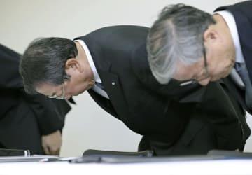 記者会見で謝罪するクボタの木股昌俊社長(左)ら=12日午後、大阪市