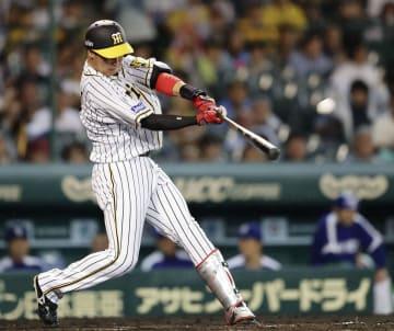 4回阪神1死一、二塁、大山が左越えに3ランを放つ=甲子園