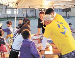 昨年9月に初めて開催された祭り。父親たちが出店で子どもたちと触れ合う=仙台市宮城野区の燕沢中央公園