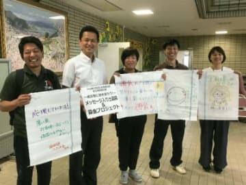 ひちくボランティアセンターがメッセージ入りの土のう袋を住民や宇和島市社会福祉協議会に贈った=愛媛県宇和島市