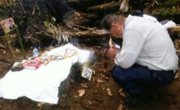 佐藤富彦さんは今年の春にもパプアニューギニアを訪れ、日本軍兵士の遺骨が見つかった場所で手を合わせた=3月10日、ブーゲンビル島
