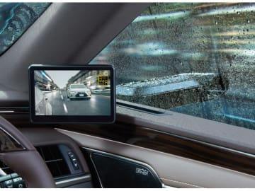 新型「LEXUS ES」に搭載するデジタルアウターミラー。サイドウインドウが雨滴で濡れた場合でも、ディスプレイを室内に搭載することで、天候の影響を受けにくい良好な視界を確保する
