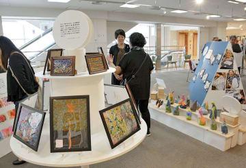認知症患者らが描いた絵画やオブジェが並ぶ「クリニカル・アート展」=熊本市中央区