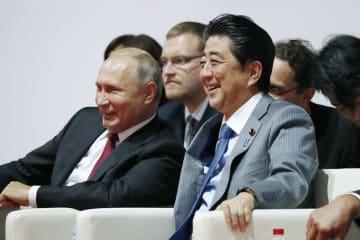 柔道大会を観戦するロシアのプーチン大統領(左)と安倍首相=12日、ロシア・ウラジオストク(共同)