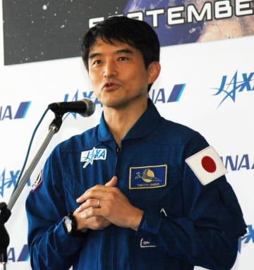「宇宙日本食は心強い味方だった」と話す宇宙飛行士の大西さん=12日、成田空港第1ターミナル