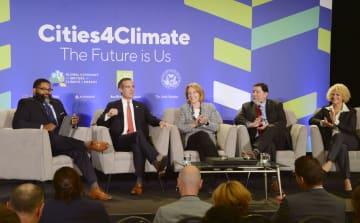 地球温暖化対策を話し合う米ロサンゼルスのガーセッティ市長(左から2人目)ら=12日、米サンフランシスコ(共同)