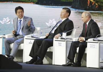 12日、東方経済フォーラムの全体会合に臨む(左から)安倍首相、中国の習近平国家主席、ロシアのプーチン大統領=ロシア・ウラジオストク(代表撮影・共同)