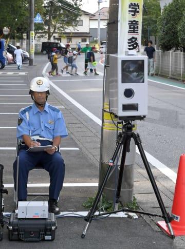 児童の通学路で行われた県警の移動式速度違反取り締まり装置による取り締まり=12日午前7時35分、上三川町上蒲生