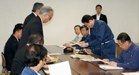 観光関係団体から要望書を受け取る岸田氏(右から2人目)=13日午前8時40分、道庁