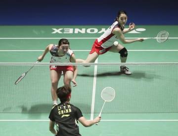 女子ダブルス2回戦で中国ペアに敗れた高橋礼(左)、松友組=武蔵野の森総合スポーツプラザ