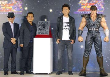 「北斗の拳」35周年記念イベントに登場した(左から)武論尊さん、原哲夫さん、布袋寅泰さん=13日、東京都内