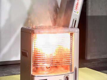 給油タンクのふたの締まり方が不十分なままストーブに戻した際に灯油がこぼれて引火する事故の再現実験の様子(NITE提供)