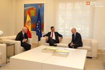 マイアミ開催に向けて会議をするペドロ・サンチェス首相(中央)とFIFA会長ジャンニ・インファンティーノ氏(左)、そしてルイス・ルピアレスRFEF会長(右)