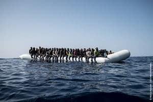 地中海で移民を乗せたボート (2017年2月22日撮影、資料写真)