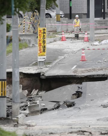 北海道地震による液状化とみられる現象によって陥没した札幌市清田区の道路=10日