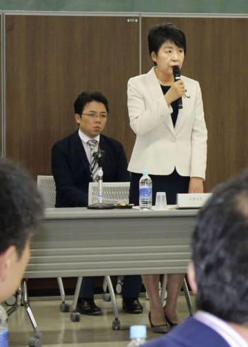 「外国人材の受入れ・共生のための総合的対応策検討会」の初会合の冒頭、あいさつする上川法相=13日午後、法務省