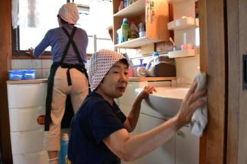 依頼者の家を丁寧に掃除する住吉ボランティアセンター「つなぎ」のスタッフ