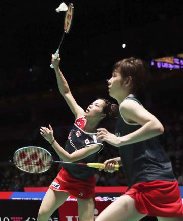 女子ダブルス2回戦で韓国ペアを破った福島(左)、広田組=武蔵野の森総合スポーツプラザ