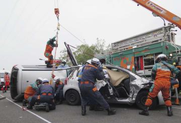 台風や豪雨で土砂崩れが起きた想定で行われた災害訓練=13日午後、東京都多摩市