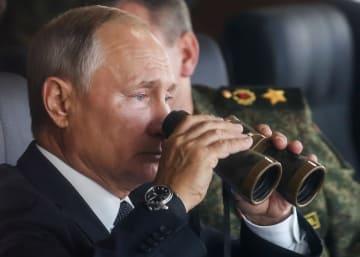 13日、ロシア・ザバイカル地方の演習場で大規模軍事演習「ボストーク2018」を視察するプーチン大統領(タス=共同)
