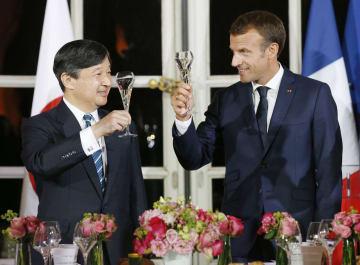 晩さん会でマクロン仏大統領(右)と乾杯される皇太子さま=12日、パリ近郊のベルサイユ宮殿(代表撮影・共同)