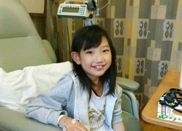 米国で心臓移植手術を終え、笑顔を見せる岡崎雫さん(しずくちゃんを救う会提供)