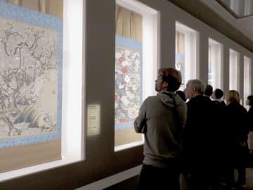 伊藤若冲展の内覧会で作品を見る人々=13日、パリ・プティパレ美術館(共同)