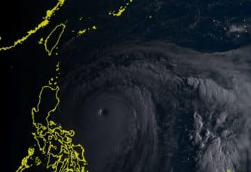 目がくっきり写っている台風22号(ひまわり8号リアルタイムwebから)