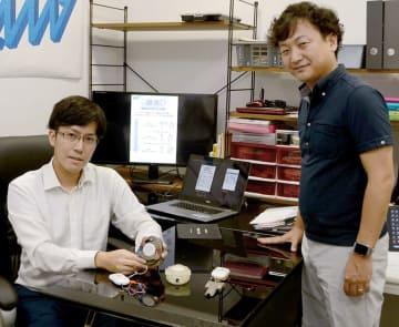 試作品の聴診器を手にする「AMI」の小川晋平社長(左)と山川俊貴取締役=水俣市